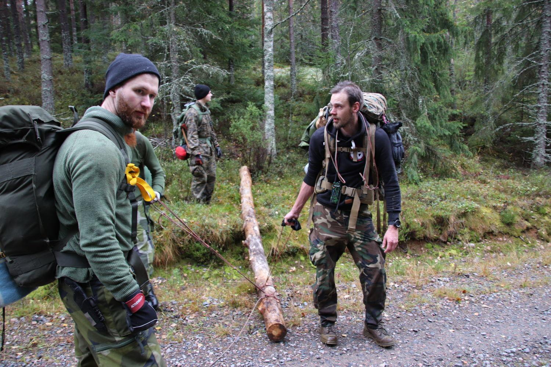 Vildmarksaktivitet. Nästets Kampgrupp släpar ved till sin övernattningsplats.